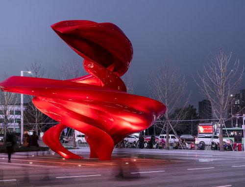 """郑州,""""天地之间""""雕塑"""
